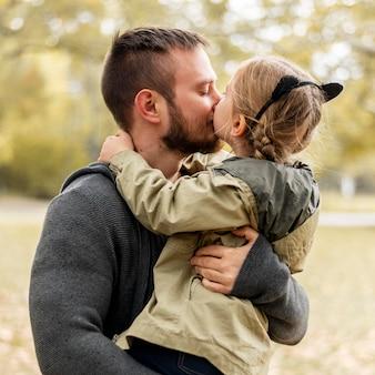 Średnio Strzał Ojciec Trzyma Dziewczynę Premium Zdjęcia