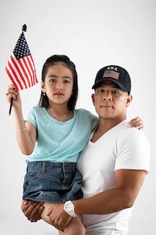 Średnio strzał ojciec trzyma dziewczynę