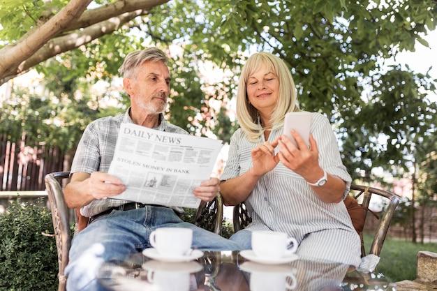 Średnio strzał para czytająca wiadomości
