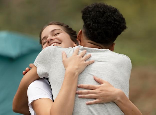 Średnio strzał para przytulanie na zewnątrz
