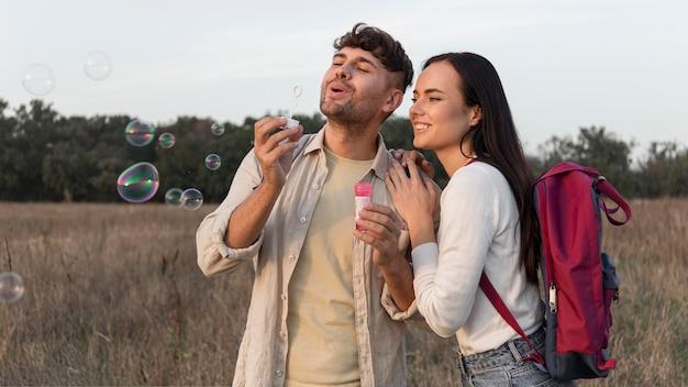 Średnio strzał para robi balony mydlane