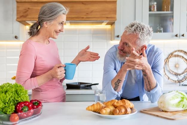 Średnio strzał para w kuchni