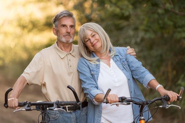 Średnio strzał para z rowerami