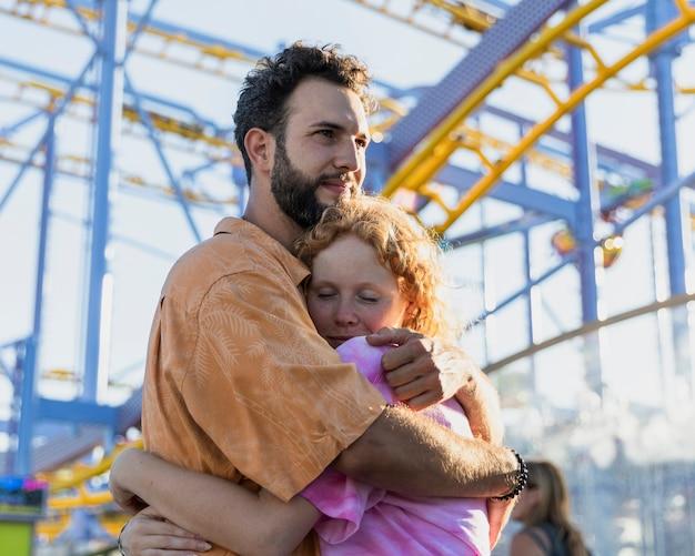 Średnio strzał para zakochanych przytulanie
