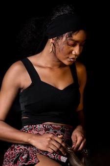 Średnio strzał piękna afrykańska kobieta
