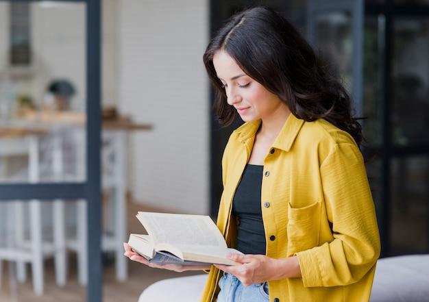 Średnio strzał piękna kobieta czytanie
