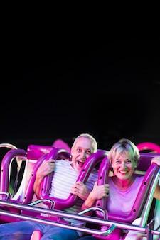 Średnio strzał podekscytowani ludzie w przejażdżce rozrywki