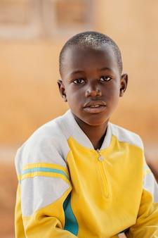 Średnio strzał portret afrykańskiego chłopca