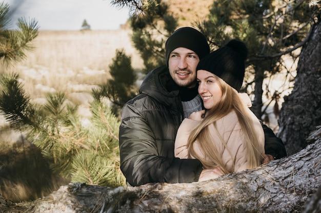 Średnio strzał przytulająca się para