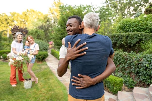 Średnio strzał przytulający się mężczyźni