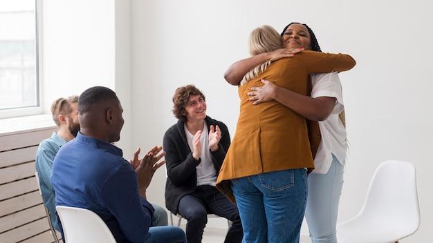 Średnio strzał przytulających się kobiet