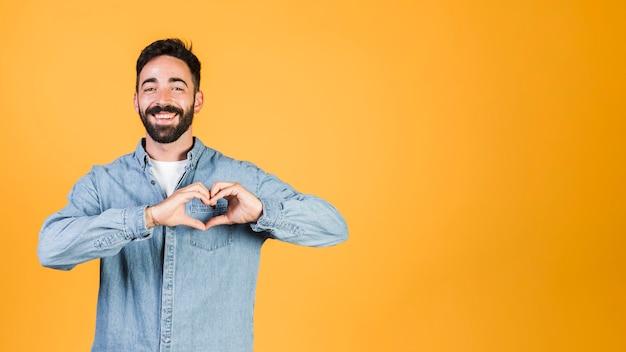 Średnio strzał robi gest znak serca