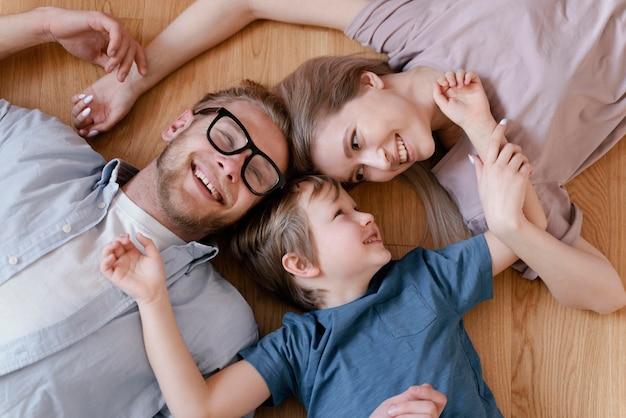 Średnio strzał rodziców i dziecko na podłodze