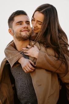 Średnio strzał romantyczna para