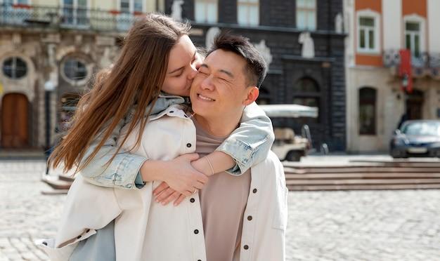 Średnio strzał słodka romantyczna para