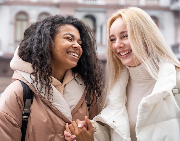 Średnio strzał śmiejących się kobiet