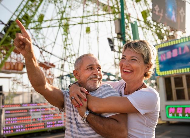Średnio strzał śmiejących się ludzi w parku rozrywki