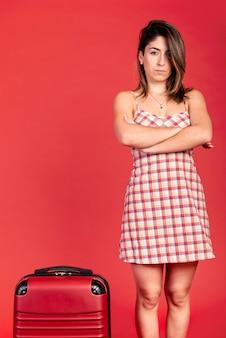 Średnio strzał smutna kobieta z bagażem