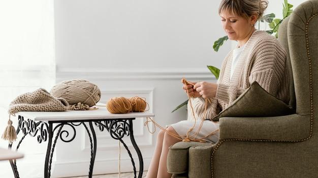 Średnio strzał spokojna kobieta na drutach