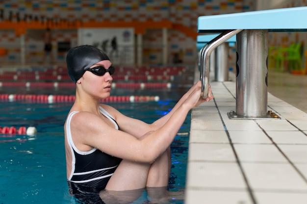 Średnio strzał sportowca w basenie