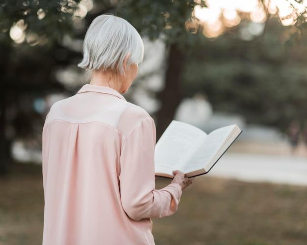 Średnio strzał stara kobieta do czytania