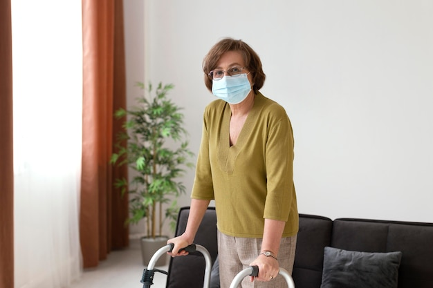 Średnio strzał starsza kobieta ma na sobie maskę