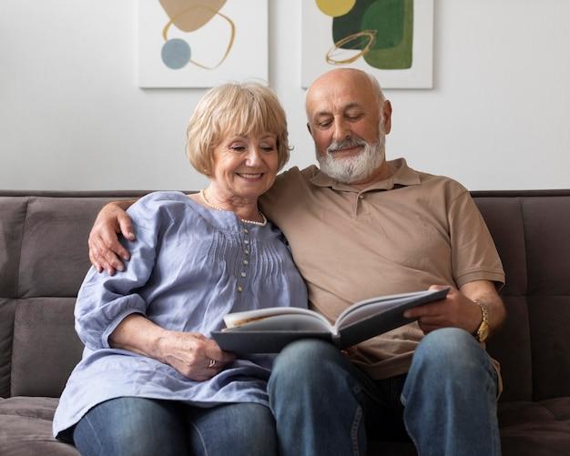 Średnio strzał starsza para czytania