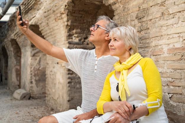 Średnio strzał starsza para przy selfie