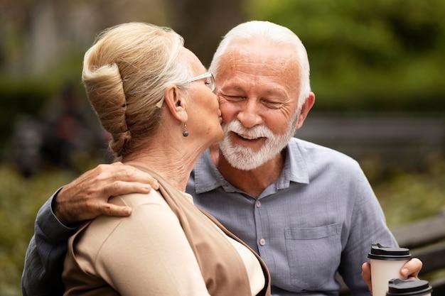 Średnio strzał starsza para relaksująca
