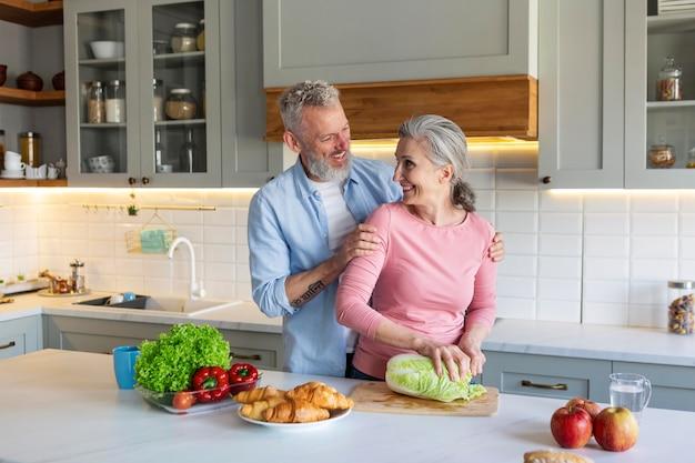 Średnio Strzał Starsza Para W Kuchni Darmowe Zdjęcia