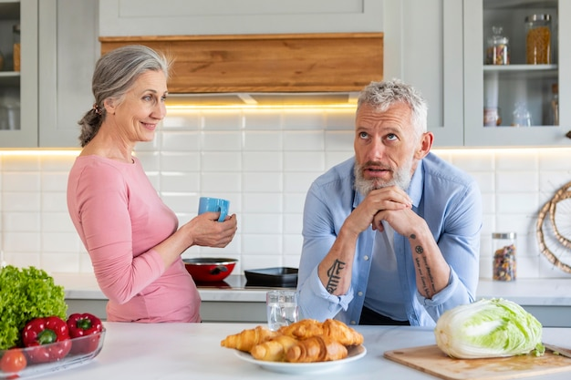 Średnio strzał starsza para z jedzeniem