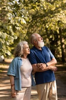 Średnio strzał starszej pary w przyrodzie