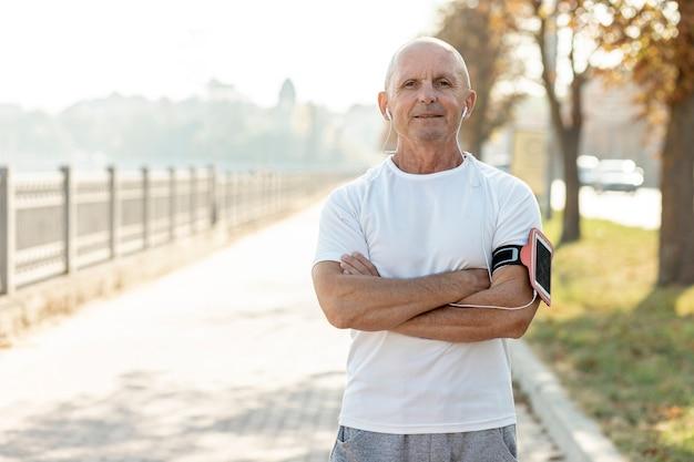 Średnio strzał starszy biegacz na zewnątrz