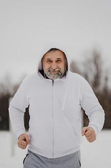 Średnio strzał starszy mężczyzna biegnący