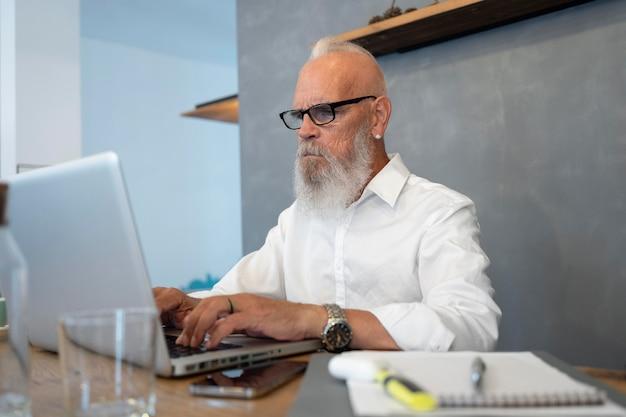 Średnio strzał starszy mężczyzna piszący na klawiaturze