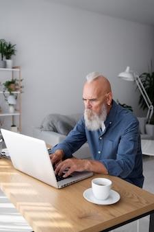 Średnio strzał starszy mężczyzna z laptopem