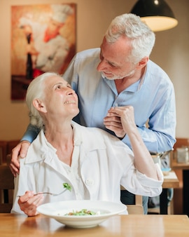 Średnio strzał starzy ludzie uśmiechają się do siebie