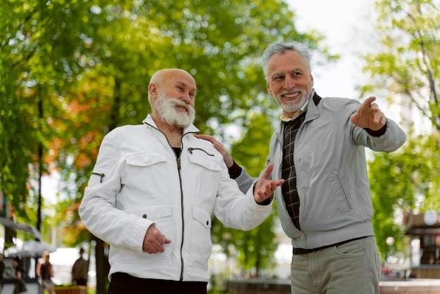 Średnio strzał starzy mężczyźni na zewnątrz