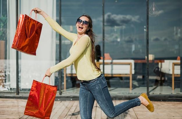 Średnio strzał szczęśliwa dziewczyna z torby na zakupy