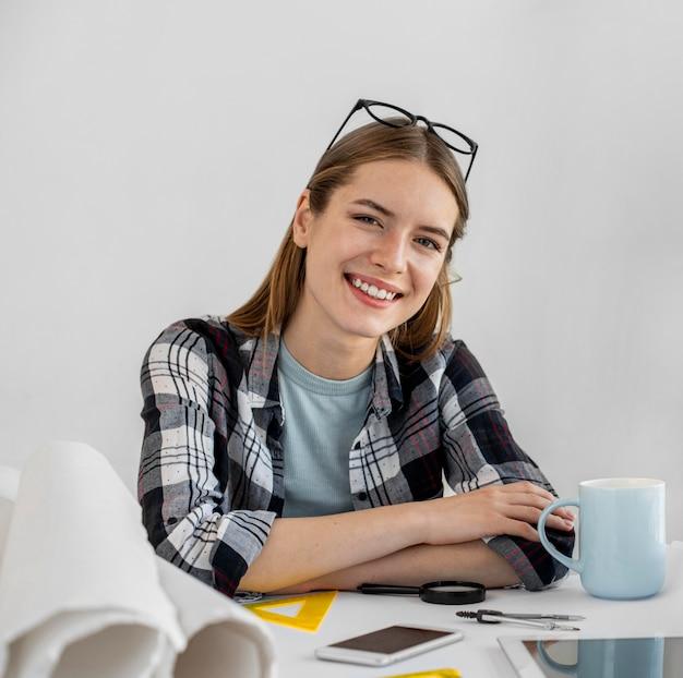 Średnio strzał szczęśliwa kobieta przy biurku
