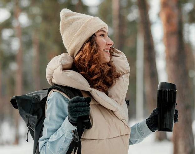 Średnio strzał szczęśliwa kobieta w lesie