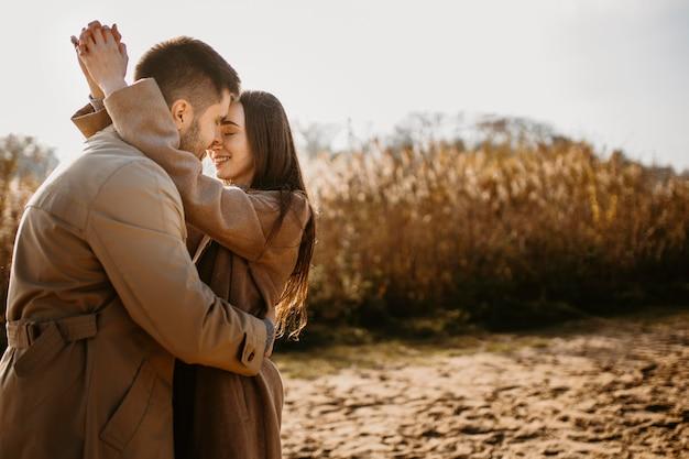 Średnio strzał szczęśliwa para na zewnątrz