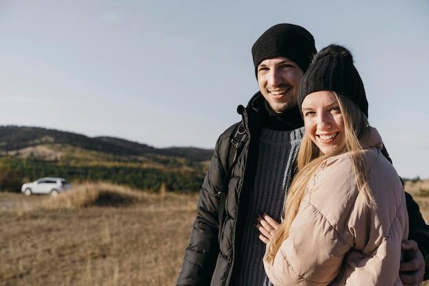 Średnio strzał szczęśliwa para pozowanie
