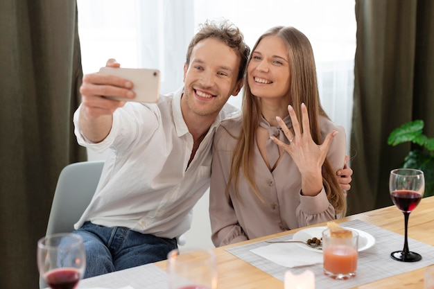 Średnio strzał szczęśliwa para przy selfie