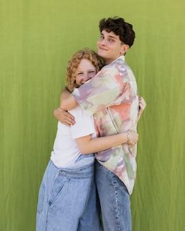 Średnio strzał szczęśliwa para przytulanie