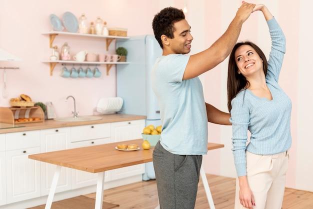 Średnio strzał szczęśliwa para spędzać czas razem