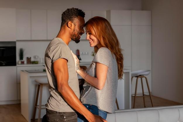 Średnio strzał szczęśliwa para w domu