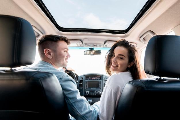 Średnio strzał szczęśliwa para w samochodzie