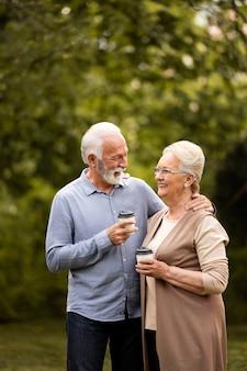Średnio strzał szczęśliwa para z filiżankami kawy