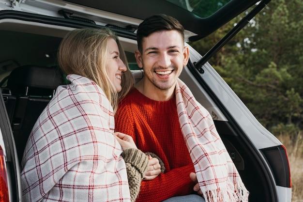 Średnio strzał szczęśliwa para z kocem